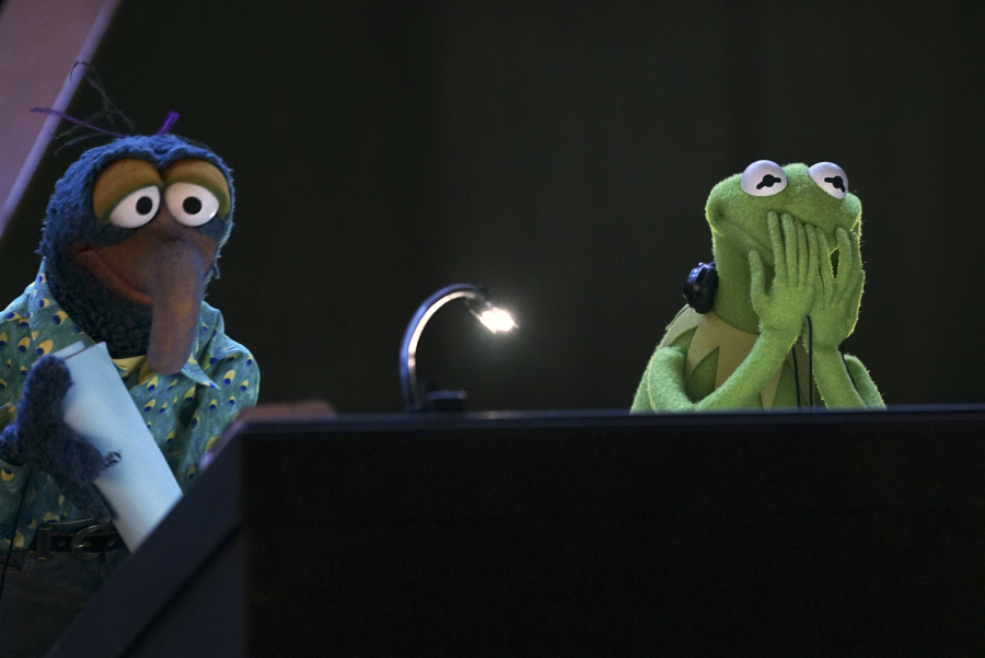 """THE MUPPETS - """"Hostile Makeover"""" - (ABC/Eric McCandless) THE GREAT GONZO, KERMIT THE FROG"""