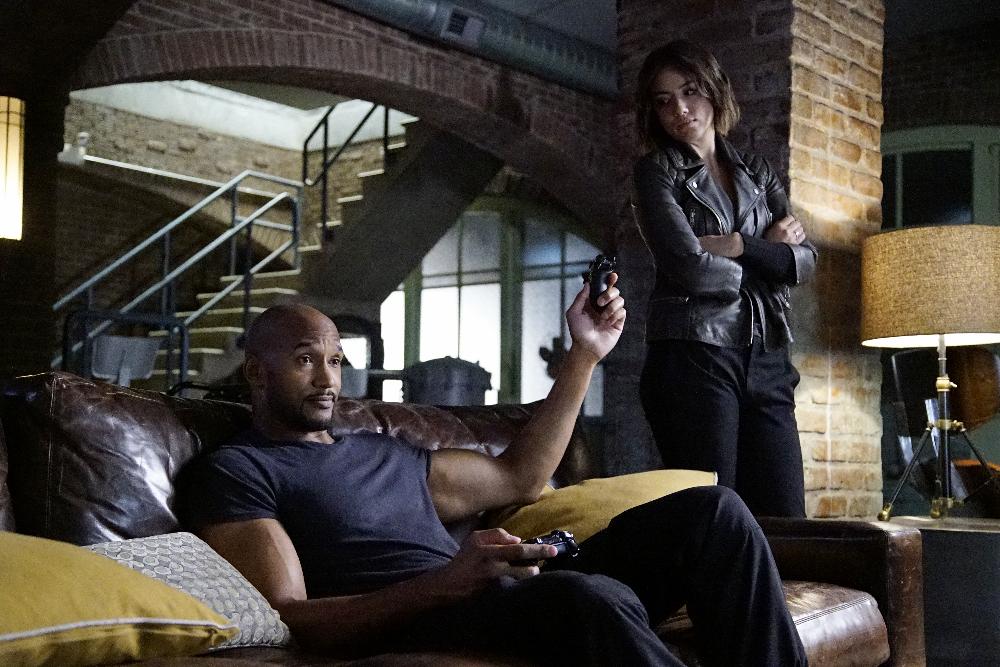 "MARVEL'S AGENTS OF S.H.I.E.L.D. - ""A Wanted (Inhu)man""  (ABC/Kelsey McNeal) HENRY SIMMONS, CHLOE BENNET"